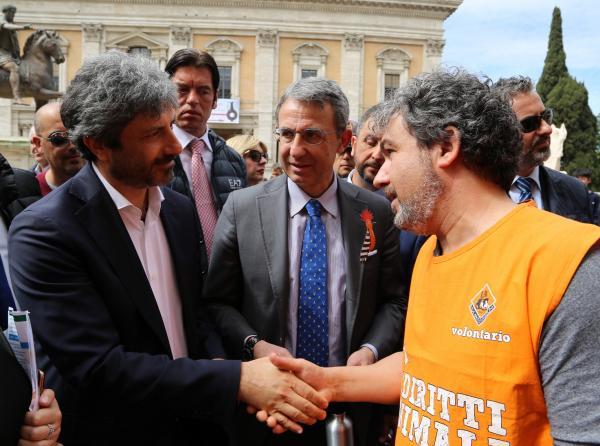 Il Presidente della Camera, Roberto Fico, e il Ministro dell'Ambiente, Sergio Costa, sono accolti allo stand LAV da Giacomo Bottinelli