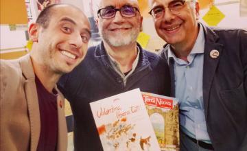 L'autore Mimmo Tringale (al centro) con il presentatore Lorenzo Lombardi (sinistra) e il presidente LAV, Gianluca Felicetti (destra)